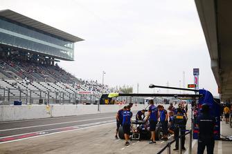 Les fans dans la tribune observent Brendon Hartley, Toro Rosso STR13, dans la voie des stands