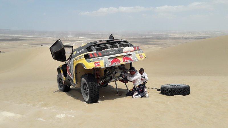 #306 PH-Sport Peugeot 3008 DKR: Sébastien Loeb, Daniel Elena repairing the car
