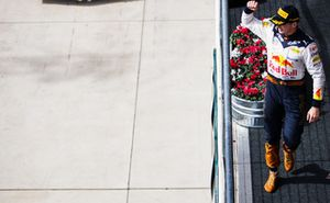 Max Verstappen, Red Bull Racing, 2° classificato, arriva sul podio