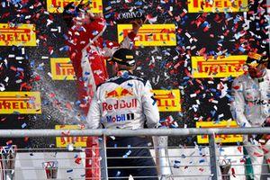Max Verstappen, Red Bull Racing, festeggia con lo champagne, sul podio