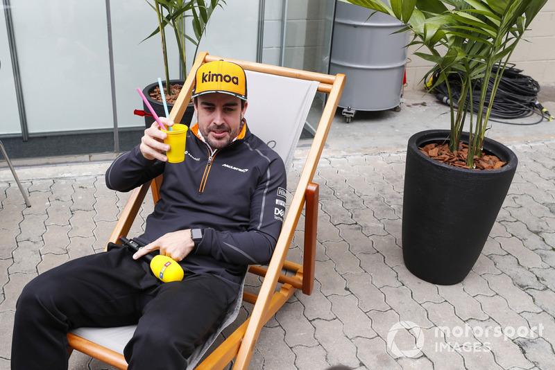 Fernando Alonso, McLaren, si prende un drink per RTL