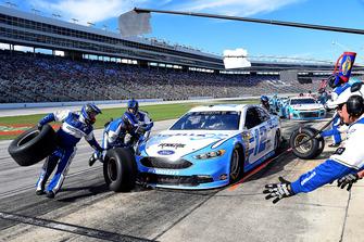 Ryan Blaney, Team Penske, Ford Fusion Accella/Carlisle, effettua un pit stop