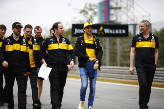 Carlos Sainz Jr., Renault Sport F1 Team, walks the circuit with colleagues