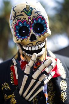 Человек в национальном мексиканском костюме