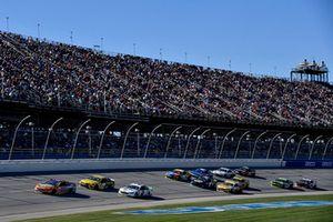 Ricky Stenhouse Jr., Roush Fenway Racing, Ford Fusion SunnyD, precede un gruppo di auto