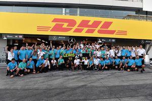 Lewis Hamilton, Mercedes AMG F1 et Valtteri Bottas, Mercedes AMG F1, fêtent la victoire avec l'équipe