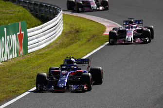 Pierre Gasly, Scuderia Toro Rosso STR13, voor Sergio Perez, Racing Point Force India VJM11