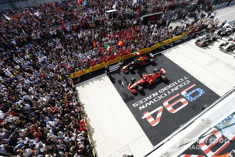 """Гран Прі США: надпис """"994. Відлік до 1000-ї гонки"""""""