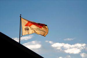 Una bandiera della F1 sventola al mattino