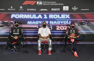 Valtteri Bottas, Mercedes, el ganador de la pole Lewis Hamilton, Mercedes, Max Verstappen, Red Bull Racing, en la conferencia de prensa