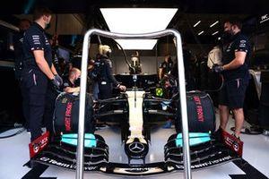 Meccanici in garage con l'auto di Lewis Hamilton, Mercedes W12