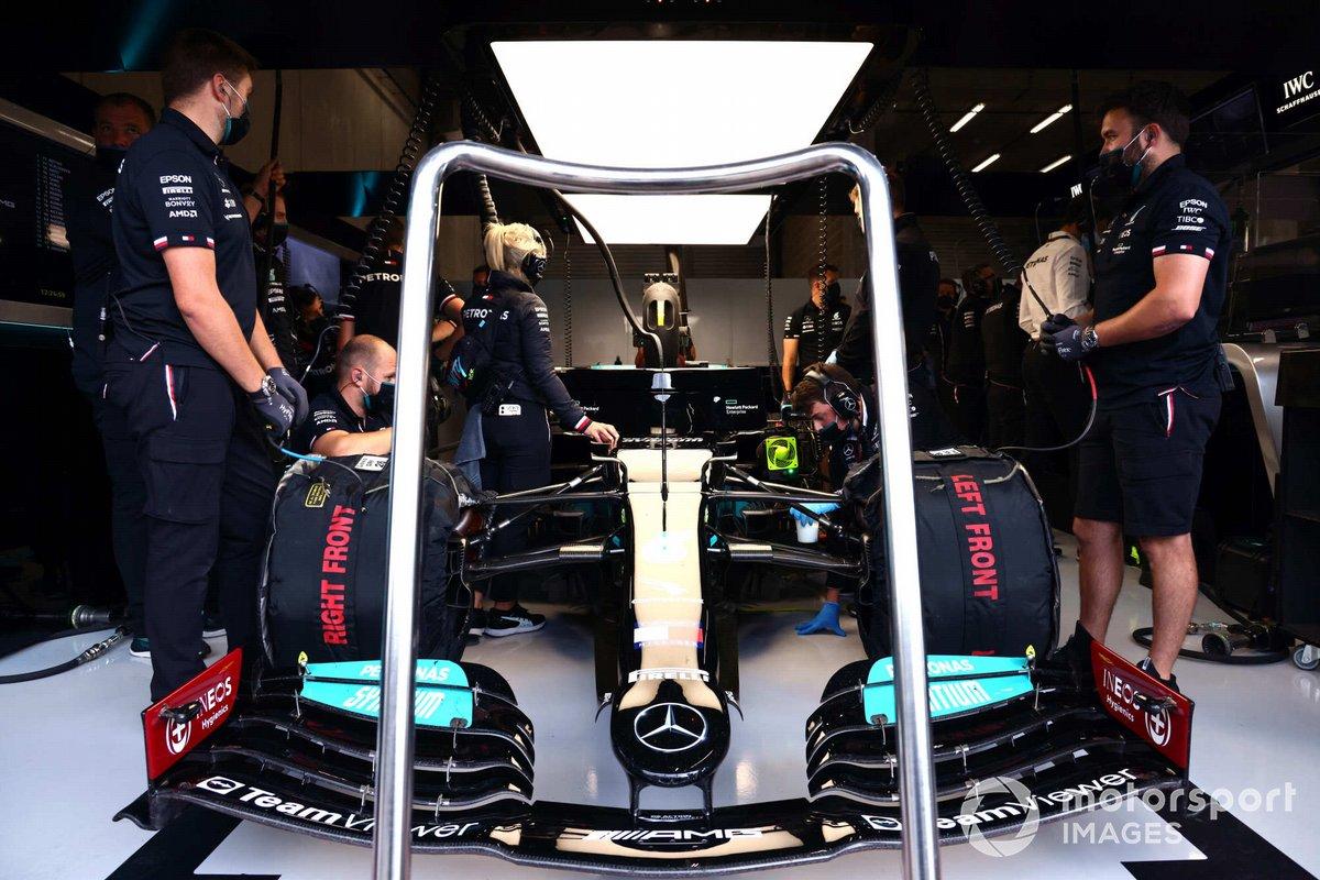 Mecánicos en el garaje con el coche de Lewis Hamilton, Mercedes W12
