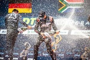 Podium: Racewinnaar Kelvin van der Linde, Abt Sportsline, derde plaats Alex Albon, AF Corse