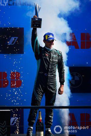 Mitch Evans, Jaguar Racing, terzo classificato, sul podio