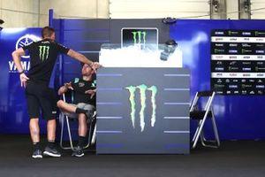 Cal Crutchlow, Yamaha Factory Racing in Maverick Vinales, Yamaha Factory Racing' lege pitbox