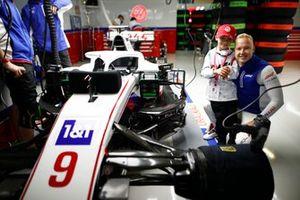 Nikita Mazepin, Haas F1, met een jonge gast