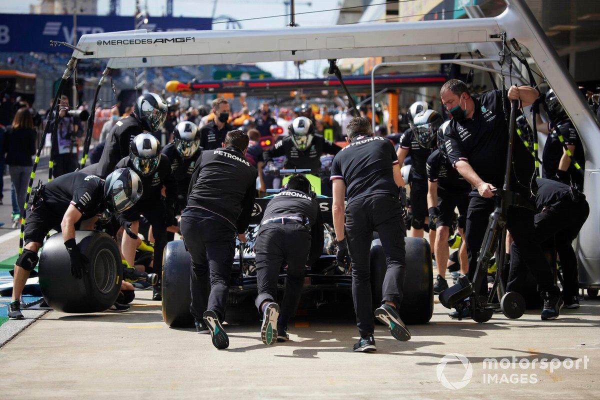 Mecánicos en el pit lane con Lewis Hamilton, Mercedes W12