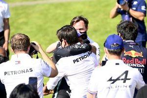 Toto Wolff, Team Principal e CEO, Mercedes AMG, e Lewis Hamilton, Mercedes, primo classificato, festeggiano al Parc Ferme