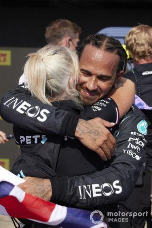 Lewis Hamilton, Mercedes, 1st position, celebrates with Angela Cullen, Physio for Lewis Hamilton, in Parc Ferme