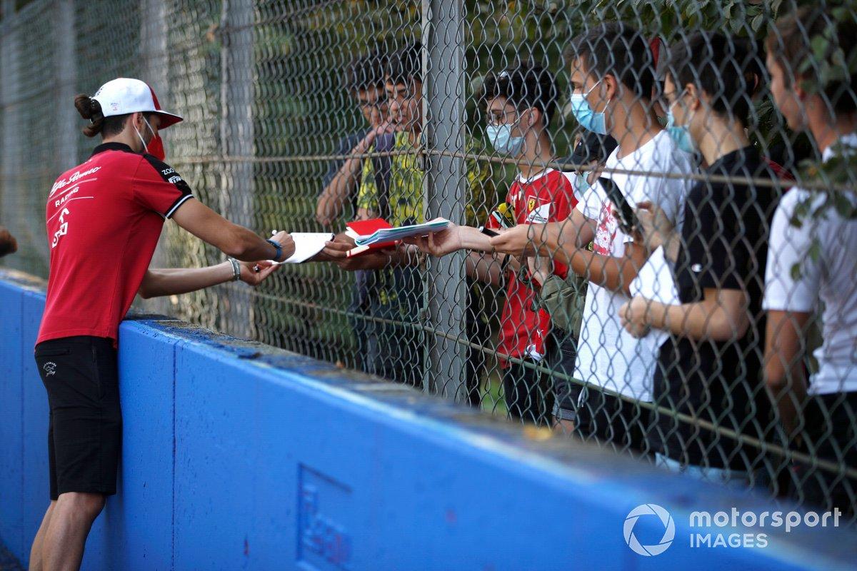 Antonio Giovinazzi (Alfa Romeo Racing C41) firma algunos autógrafos durante el track-walk.