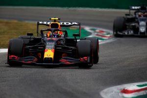 Sergio Perez, Red Bull Racing RB16B, Yuki Tsunoda, AlphaTauri AT02