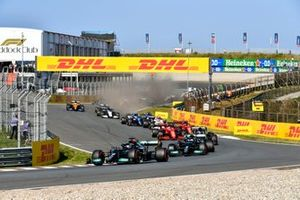 Lewis Hamilton, Mercedes W12, Valtteri Bottas, Mercedes W12, Pierre Gasly, AlphaTauri AT02, Charles Leclerc, Ferrari SF21, and the remainder of the field at the start