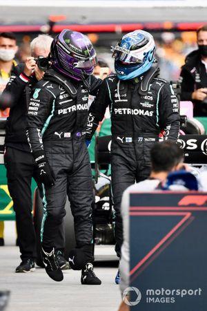 Starters op de eerste rij, pole man Lewis Hamilton, Mercedes, en Valtteri Bottas, Mercedes, in Parc Ferme na de kwalificatie