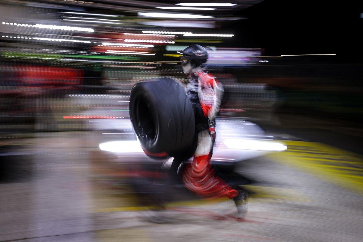 Meccanico Toyota Gazoo Racing in azione