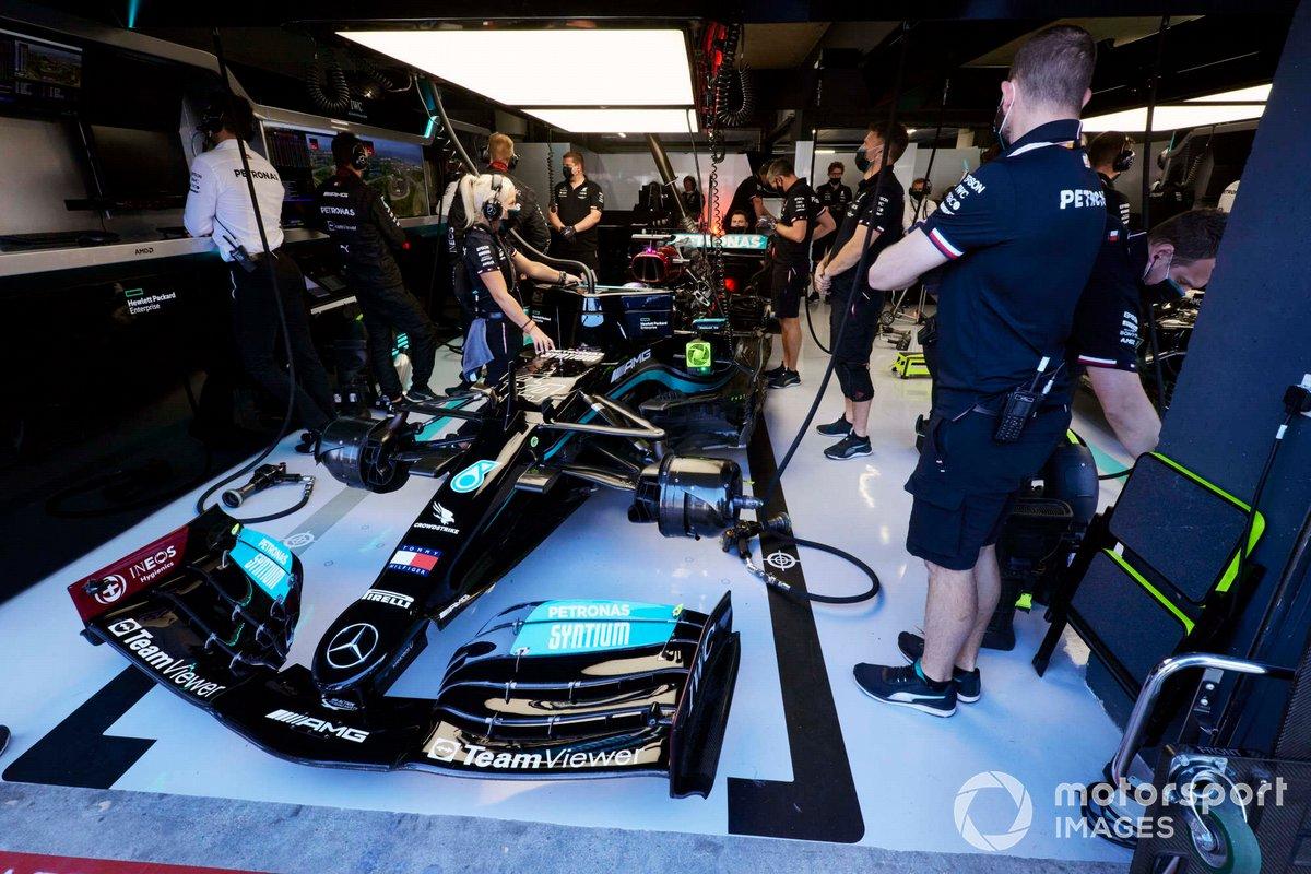 Angela Cullen, fisioterapeuta de Lewis Hamilton, y los mecánicos en el garaje