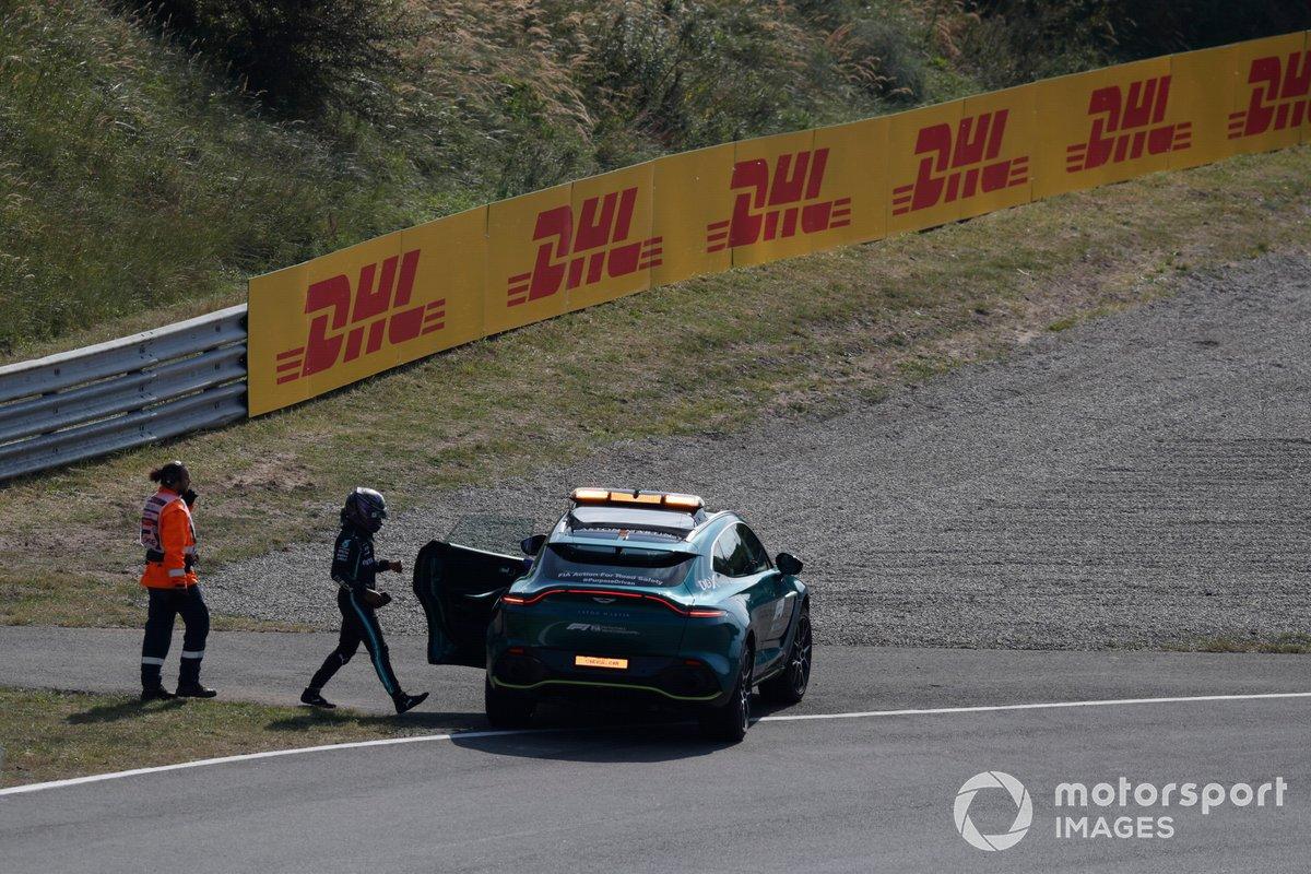Lewis Hamilton, de Mercedes, sube al coche médico tras una avería en la FP2