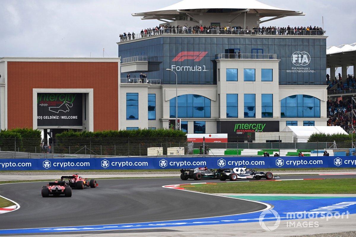 Pierre Gasly, AlphaTauri AT02, Lewis Hamilton, Mercedes W12, Charles Leclerc, Ferrari SF21, Carlos Sainz Jr., Ferrari SF21