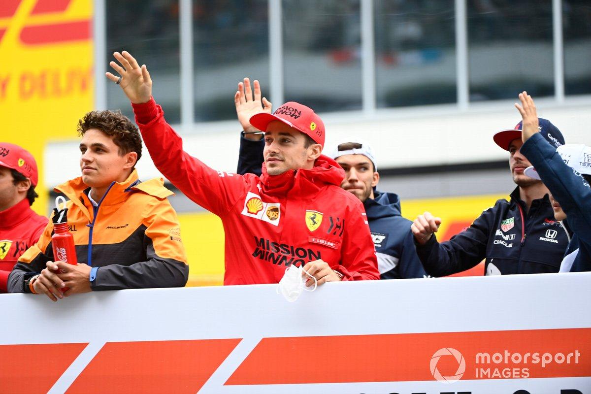 Lando Norris, McLaren, y Charles Leclerc, Ferrari, en el desfile de pilotos