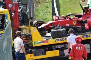 Marshals with the car of Carlos Sainz Jr., Ferrari SF21