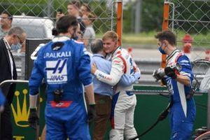 Jean Todt, voorzitter van de FIA, en Mick Schumacher, Haas F1, op de startgrid