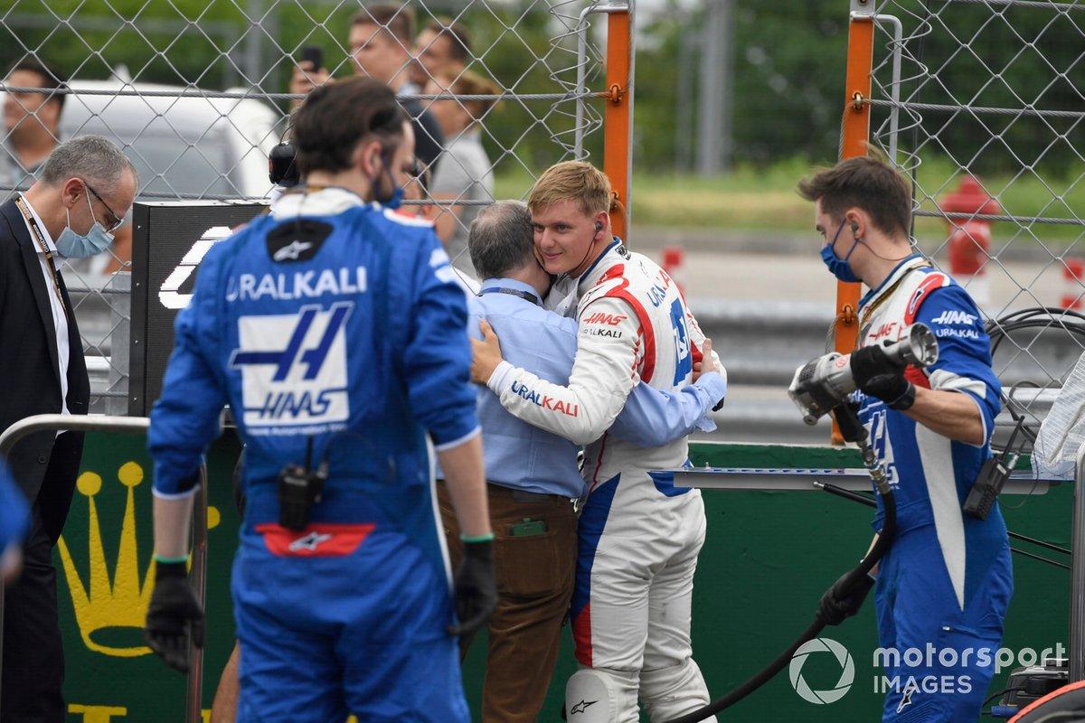 Jean Todt, Presidente de la FIA, y Mick Schumacher, Haas F1 , en la parrilla de salida