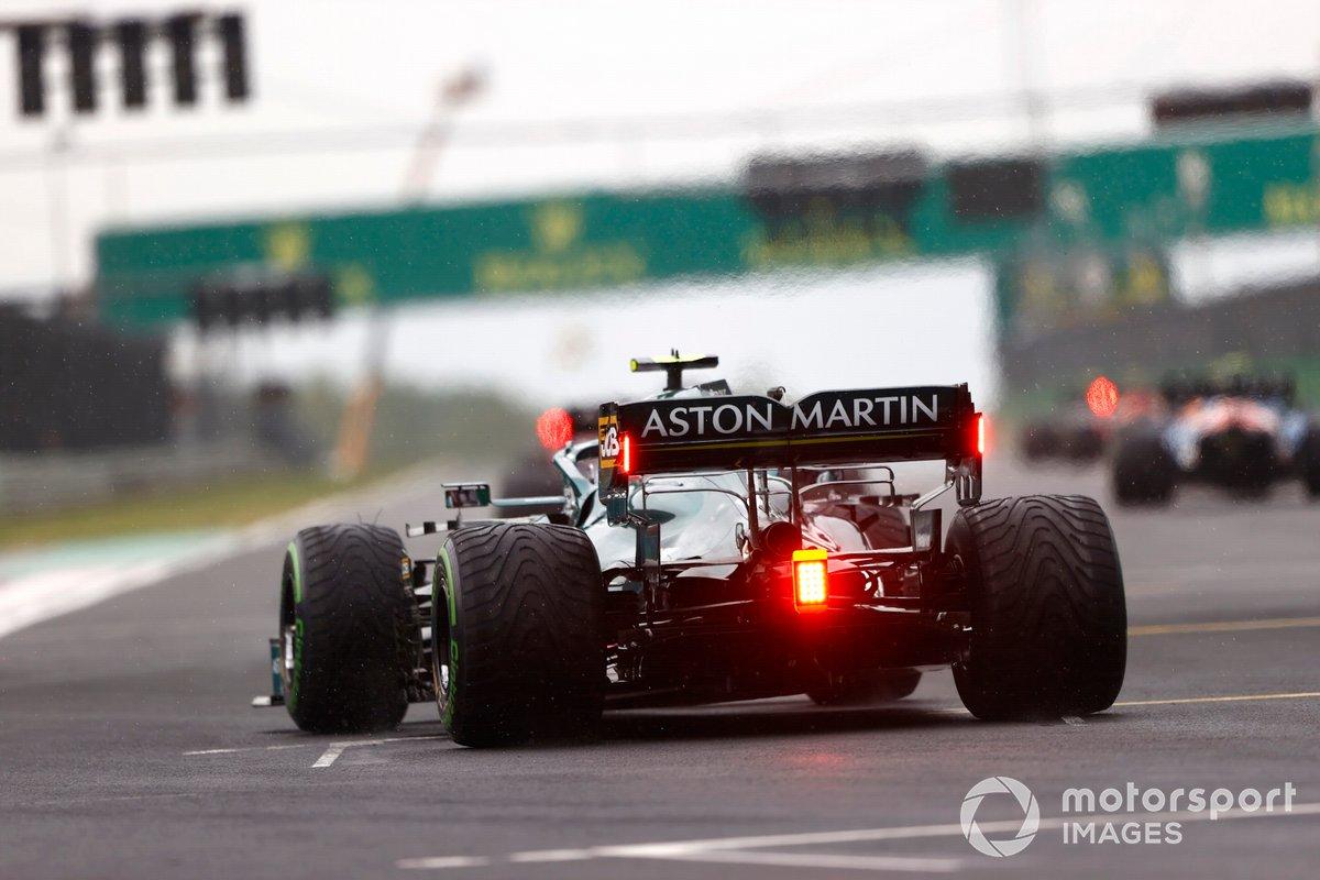 Sebastian Vettel, Aston Martin AMR21, se sitúa en la parrilla de salida