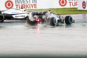 Nicholas Latifi, Williams FW43 pases a spinning Valtteri Bottas, Mercedes F1 W11