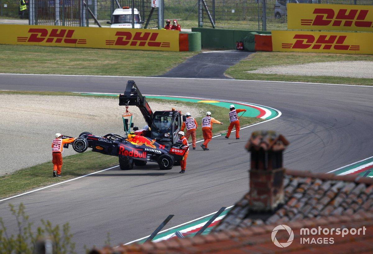Oficiales remueven el monoplaza de Sergio Pérez, Red Bull Racing RB16B después de chocar