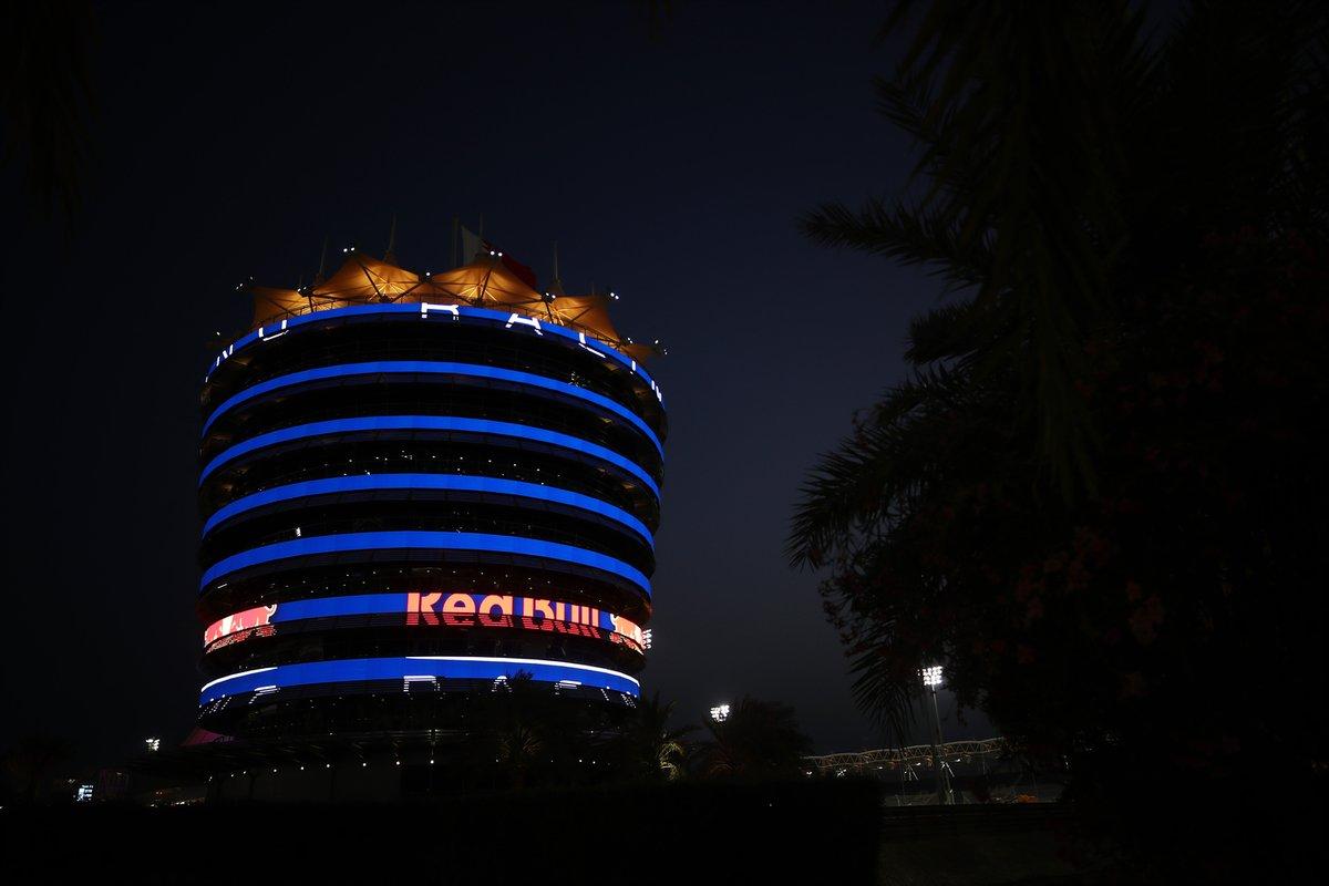 La Torre Sakhir se ilumina con los colores y el logotipo del equipo Red Bull Racing