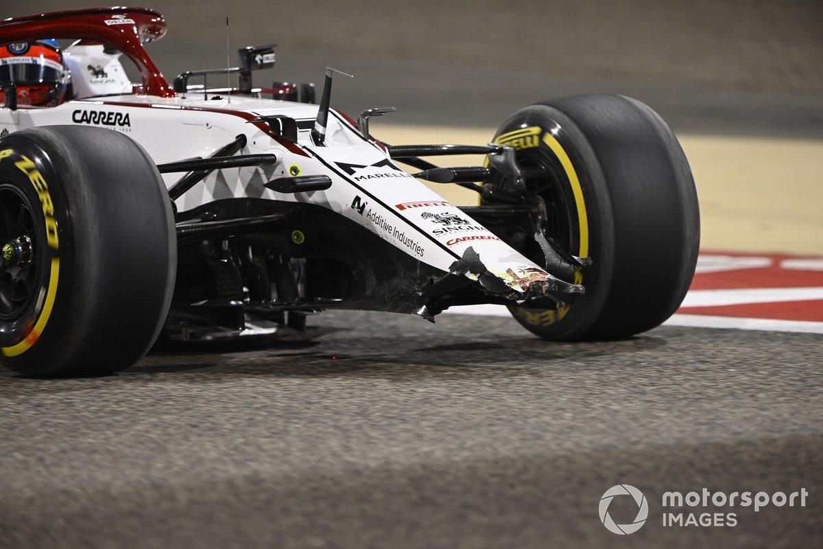 Daños en el alerón delantero del coche de Kimi Raikkonen, Alfa Romeo Racing C41
