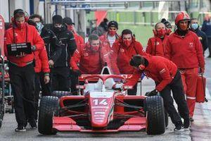 Механики Prema Powerteam с машиной Артура Леклера