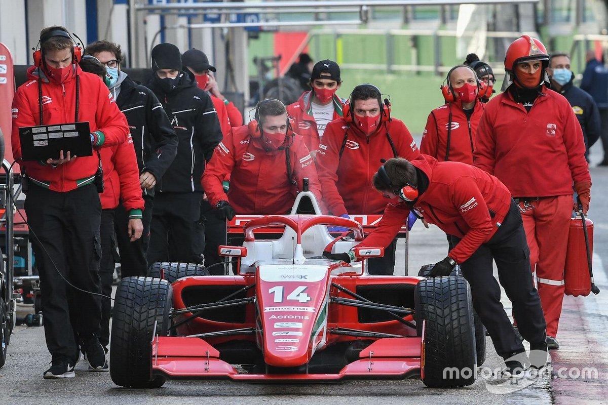 I meccanici del Prema Powerteam, riportano l'auto di Arthur Leclerc nel garage dopo i problemi al motore