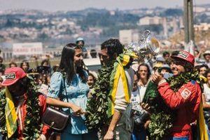 Podio: Carlos Pace celebra la victoria con Emerson Fittipaldi, 2ª posición, y Jochen Mass, 3ª posición