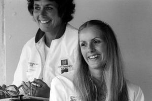 Janet Brise, esposa de Tony Brise, Hill Racing con Bette Hill, esposa de Graham Hill, dueña del equipo Hill Racing