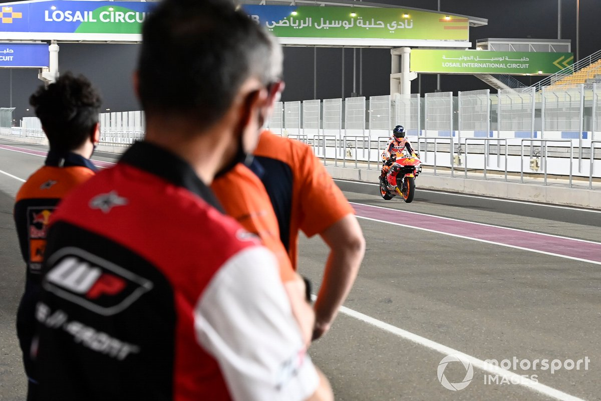 Red Bull KTM team observan a Pol Espargaró, Repsol Honda Team