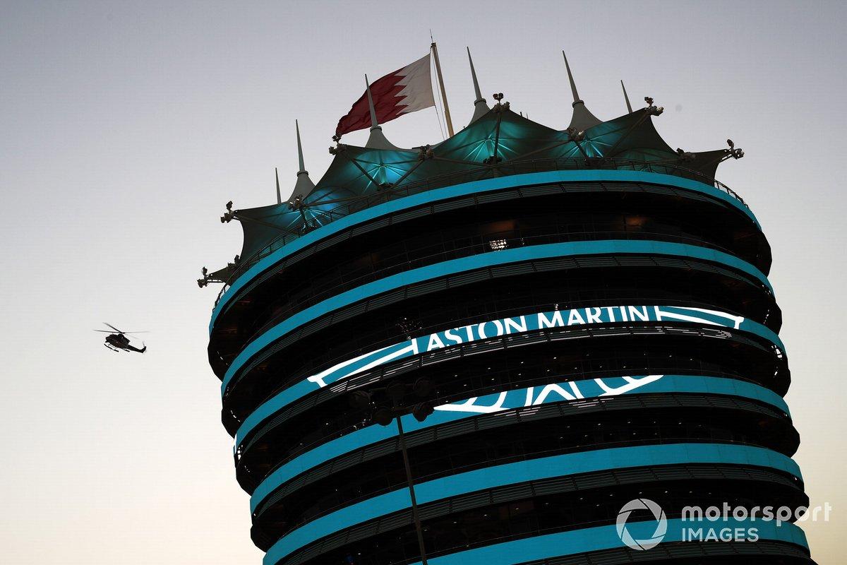 La marca Aston Martin en un edificio del circuito