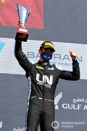Le vainqueur Guanyu Zhou, Uni-Virtuosi Racing fête sur le podium avec son trophée