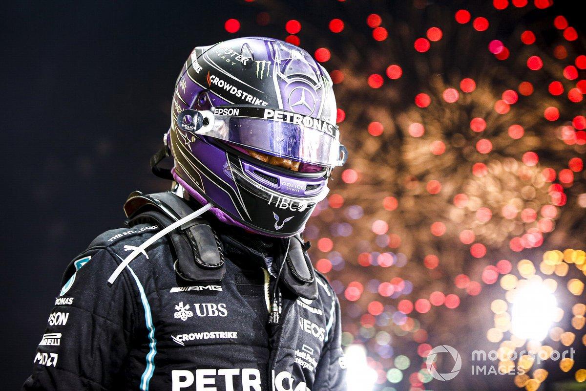 Ganador de la carrera Lewis Hamilton, Mercedes, celebra en Parc Ferme