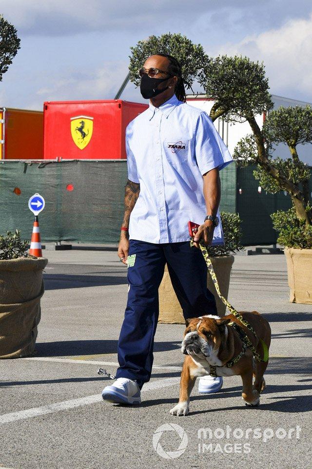 Льюис Хэмилтон, Mercedes-AMG F1, и его собака-бульдог Роско