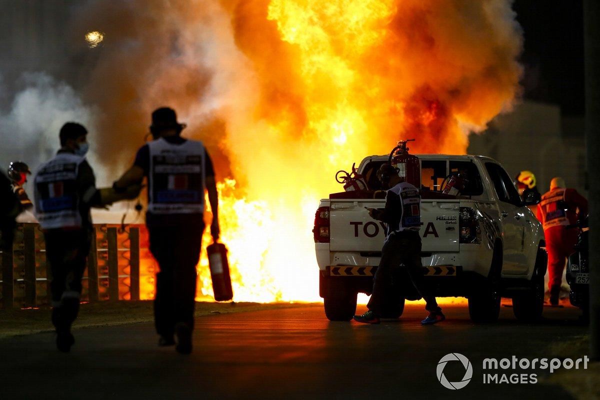 Oficiales de pista apagan el fuego del monoplaza de Romain Grosjean, Haas VF-20